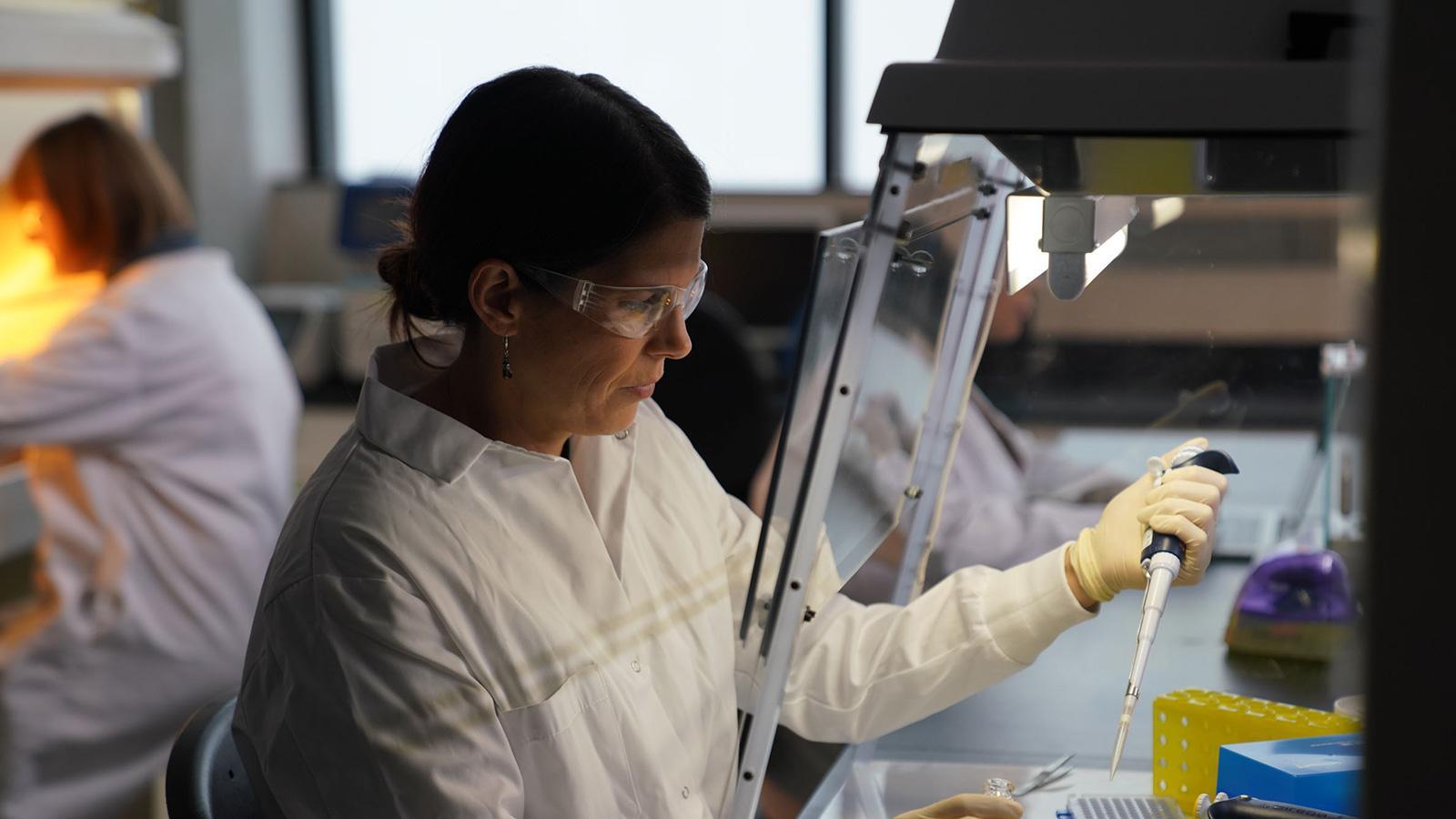 研究人员在实验室用移液管工作